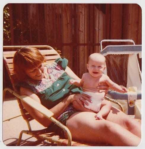A mother with her baby in the 1970s. Flashbak.