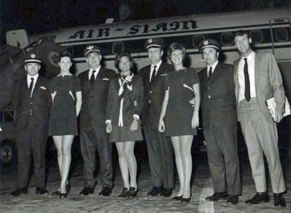 Pilots with flight attendants in the 1970s. Flashbak.